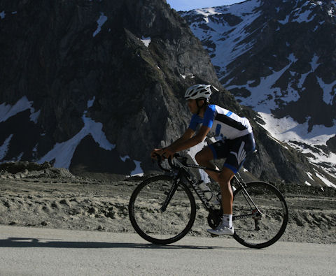 Contador conquers the Tourmalet alone